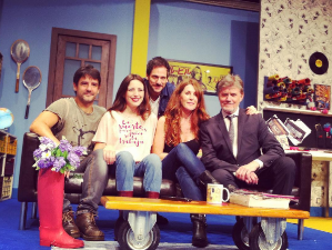 Ruth Núñez junto a sus compañeras de reparto en Polvorones, y Juan Carlos Mestre, guionista y director.